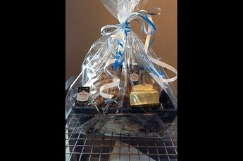 Cadeau pakket gevuld met   - beschuit - kaascrackers - 2 bonbons - roggebrood