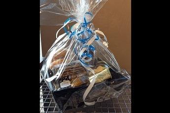 Cadeau pakket gevuld met   - ontbijtkoek  - pakje speculaasjes - 4 kwarkbolletjes  - Hoesche honing - 2 bonbons