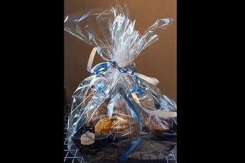 Cadeau pakket gevuld met   - boterkoek - pakje koekjes  - stroopwafels  - doosje bonbons